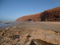 Playa marroquí con una roca Imágenes de archivo libres de regalías
