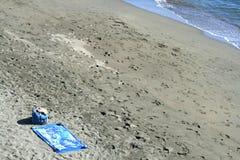 Playa mediterránea abandonada del otoño fotos de archivo libres de regalías