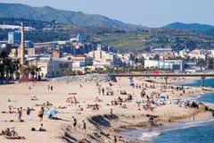 Playa mediterránea de la arena en Badalona, España imagenes de archivo