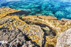 Playa mediterránea en Milazzo, Sicilia Fotos de archivo
