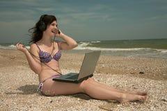 Playa, muchacha y computadora portátil fotografía de archivo