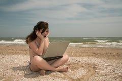 Playa, muchacha y computadora portátil imágenes de archivo libres de regalías