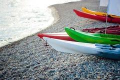 Playa multicolora del kajak Imagen de archivo