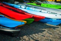 Playa multicolora del kajak Fotografía de archivo