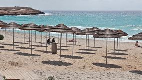 Playa muy popular con la arena blanca metrajes