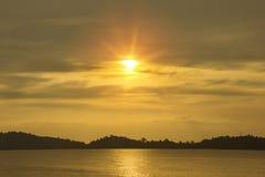 Playa natural de la opinión de los paisajes marinos de la puesta del sol de la silueta Imagenes de archivo