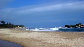 Playa natural del Caribe de la arena con las ondas almacen de video