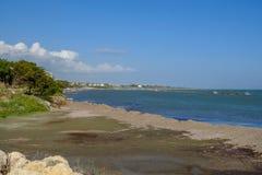 Playa natural en Zygi, Chipre Foto de archivo libre de regalías