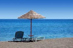 Playa negra con el paraguas   Fotografía de archivo