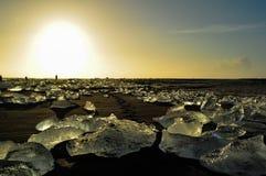 Playa negra cubierta por la piedra de hielo Imágenes de archivo libres de regalías