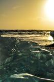 Playa negra cubierta por la piedra de hielo Fotos de archivo libres de regalías