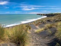 Playa negra de la arena cerca de nuevo Plymouth, Nueva Zelanda imágenes de archivo libres de regalías