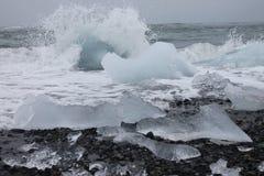 Playa negra de la arena con el iceberg Foto de archivo libre de regalías