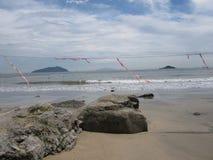 Playa negra de la arena con la advertencia en Hong Kong, superior  Imágenes de archivo libres de regalías