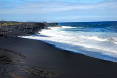 Playa negra de la arena de Hawaii Fotografía de archivo libre de regalías