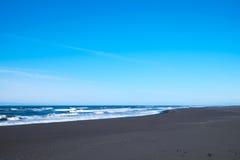 Playa negra de la arena en Islandia Imagen de archivo libre de regalías
