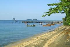 Playa negra de la arena en la isla de Langkawi Foto de archivo libre de regalías