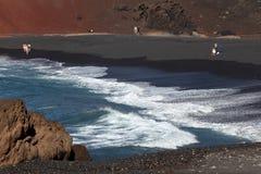 Playa negra de la arena en Lanzarote Fotos de archivo libres de regalías