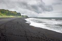 Playa negra de la arena en Vik, Islandia Imagen de archivo