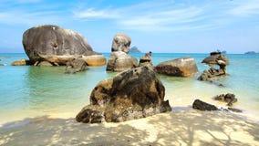 Playa negra de la arena. Langkawi, Malasia. Fotografía de archivo
