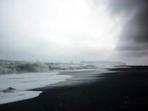 Playa negra en Islandia Fotos de archivo