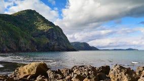 Playa negra hermosa de Whatipu de la arena en Huia Foto de archivo libre de regalías