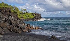 Playa negra Maui Hawaii de la arena del parque de estado de Waianapanapa Imagen de archivo libre de regalías