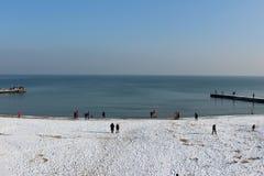 Playa nevada, día soleado Mar en la ciudad, caminando a la playa fotografía de archivo