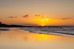 Playa Northumberland Inglaterra de Bamburgh de la salida del sol foto de archivo libre de regalías