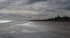 Playa nublada Imagenes de archivo
