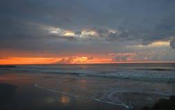 Playa nublada Carolina del Sur de la locura de la salida del sol imagen de archivo