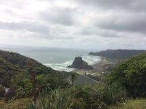 Playa nuevo Zeland de Piha fotos de archivo