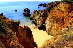 Playa ocultada de Algarve Fotos de archivo