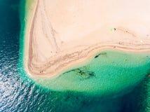 Playa ocultada en la opinión aérea del top de Grecia de la isla de Lefkada abajo Foto de archivo