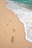 Playa, onda y pasos Imagenes de archivo