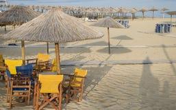 Playa ordenada con los paraguas Imagen de archivo libre de regalías
