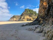 Playa Oregon de Oswald State Park con la entrada de la cueva fotos de archivo