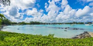 Playa pública en el pueblo magnífico del baie en la isla de Mauricio, África imagen de archivo