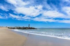 Playa pacífica con la reflexión del cielo Fotos de archivo libres de regalías