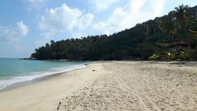 Playa pacífica en Tailandia, cielo azul, agua azul, la arena blanca y la montaña verde Imágenes de archivo libres de regalías