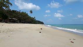 Playa pacífica en Tailandia, cielo azul, agua azul, la arena blanca y la montaña verde Foto de archivo