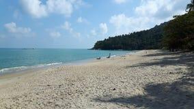 Playa pacífica en Tailandia, cielo azul, agua azul, la arena blanca y la montaña verde Imagenes de archivo