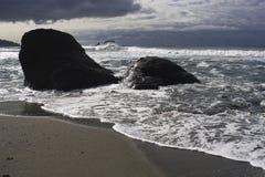 Playa pacífica tempestuosa Fotos de archivo libres de regalías