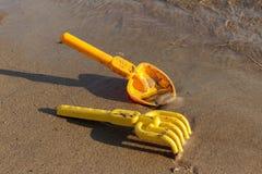 Playa, palas del juguete y rastrillos Reconstrucción al aire libre Fotografía de archivo
