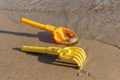 Playa, palas del juguete y rastrillos Reconstrucción al aire libre Foto de archivo