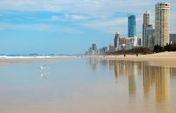 Playa - paraíso de las personas que practica surf Imagenes de archivo