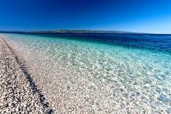 Playa pedregosa con el mar de la turquesa fotografía de archivo