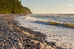 Playa pedregosa con las ondas fuertes Imagen de archivo
