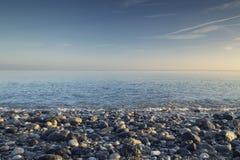 Playa pedregosa en la mañana del verano foto de archivo libre de regalías