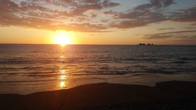 Playa Piñuelas日落在哥斯达黎加 免版税库存图片